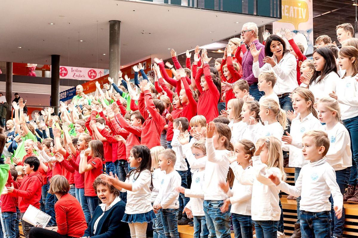 50-Stiftung-Singen-mit-Kinder-2018-11-221